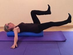 Bauchtraining auf der Pilatesrolle