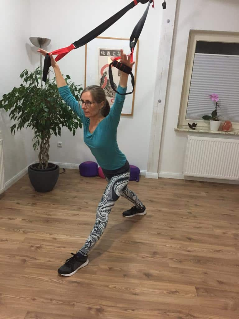 Maike Hoyer beim Sling-Yoga - Backline Stretch