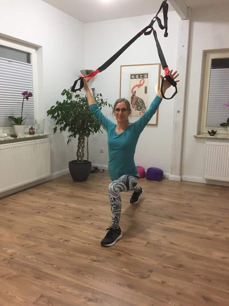 Maike Hoyer beim Sling-Yoga - Frontline Stretch 2